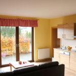 Ferienwohnung Hahn & Huhn: Wohnbereich mit Küche
