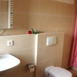 Ferienwohnung Waschbär: Bad mit Fenster